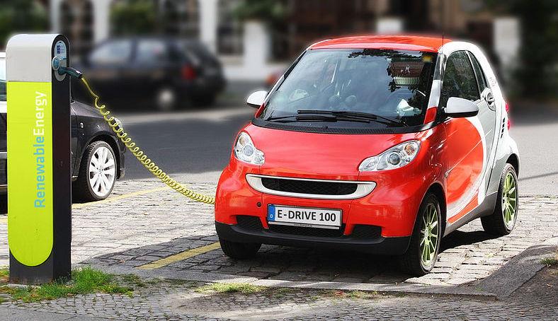 800px-Electric_Car_recharging.jpg